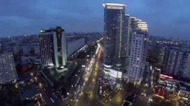Paesaggio urbano con traffico della strada vicino a dimora complessa — Video Stock