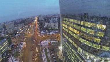 Cityscape with street traffic near tall building — Stock Video