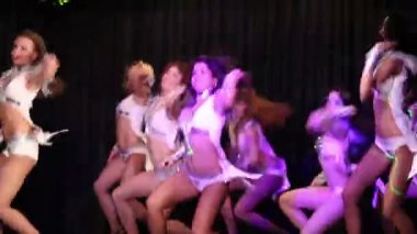 Showgirls in white costumes dance on stage — Stock Video
