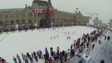 Ensemble de filles produira au patinoire — Vidéo