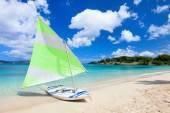 Catamarano presso spiaggia tropicale — Foto Stock