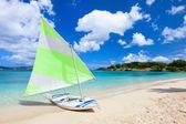 Katamaran am tropischen strand — Stockfoto