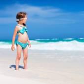 Ragazza carina in spiaggia — Foto Stock