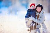 Madre e figlio all'aperto in inverno — Foto Stock