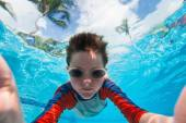 Garçon nage sous l'eau — Photo