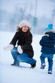 Madre e figlia all'aperto in inverno — Foto Stock