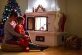 Family at home on Christmas eve — Stockfoto