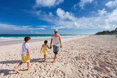 Padre con los niños en la playa — Foto de Stock