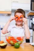 Kleine jongen helpen in kitchen — Stockfoto