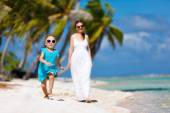 Mother and daughter on a tropical vacation — Stock Photo