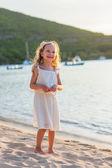Adorável menina na praia — Foto Stock