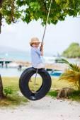 轮胎秋千上的小女孩 — 图库照片