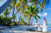 Mother and kids on a tropical vacation — Stock Photo