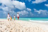 Family on a tropical beach vacation — Stock Photo