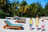 Famille sur une plage — Photo