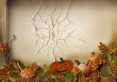 Halloween pumpkins and autumn leaves — Stock Photo