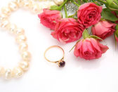 Pink roses and gold ring — Stock Photo