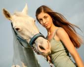 Het meisje en paard — Stockfoto