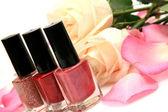 Color nail polish and roses — Stock Photo