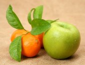 Ripe tangerines and apple — Stock Photo