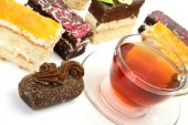 Tea cup and tasty cakes — Stockfoto