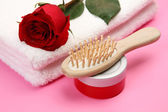 Towels with  rose,cosmetic bottle and comb — Stockfoto