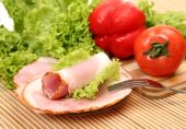 Slices of ham and vegetables — Stock Photo