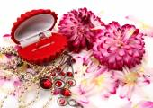 Golden ring, jewelry and flowers — Stockfoto