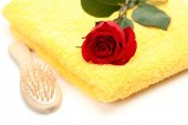 Towel with rose and comb — Stock Photo