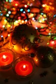 Decorative spheres and candles — Stock Photo