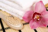Towels with flower and comb — Stock Photo