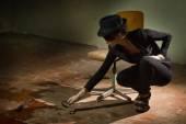 Criminalist investigating the crime scene — Stock Photo