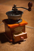 テーブルの上の古いコーヒー グラインダー — ストック写真