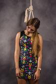Genç kafkas asılacak kadın — Stok fotoğraf