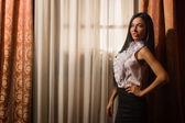 Krásná brunetka v ročníku místnosti — Stock fotografie