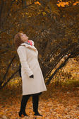 Elegant middle-aged woman in the autumn park — Stock fotografie