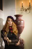 Pintor de mulher bonita com escovas em um interior luxuoso — Fotografia Stock