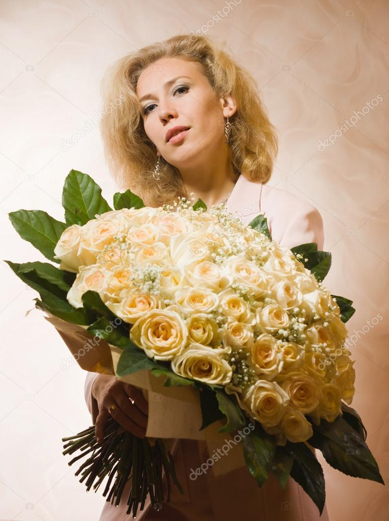 Фото с большим букетом роз