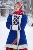 Donna di bellezza russa in vestiti tradizionali — Foto Stock