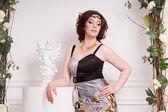 Fashionabla kvinna i vintage trädgården — Stockfoto