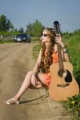 Genç hippi kız onun gitar ile bir yaz alanı — Stok fotoğraf