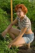 快乐的女性农民园艺 — 图库照片