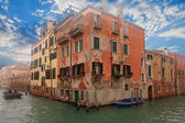 Boat in Venice channel and building — Foto de Stock