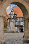 Lion statue and old timbered house in Braunschweig patio — Stock Photo