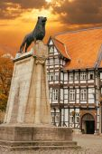 Lion statue and old timbered house in Braunschweig — Stock Photo