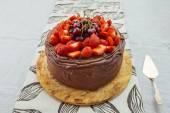巧克力蛋糕草莓与快乐 — 图库照片