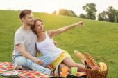 ピクニックのカップル — ストック写真