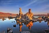 Bizarre limestone formation on smooth water — Stockfoto