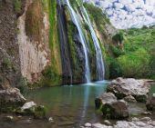 De schilderachtige waterval in de bergen — Stockfoto