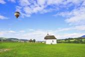 Above the chapel is flying scenic balloon — 图库照片